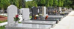 Photo de monuments funéraires au cimetière