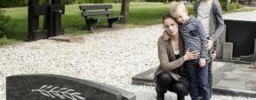 Photo d'une mère avec son fils en deuil au cimetière