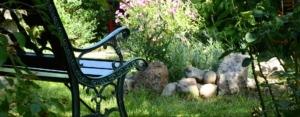 Photo d'un banc dans un jardin de dispersion des cendres