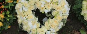 Photo d'une couronne de fleurs de deuil forme coeur