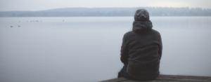 Photo d'un homme seul de dos en deuil