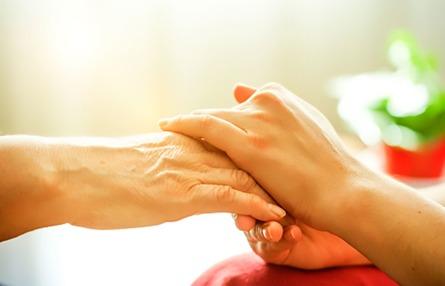 Photo de deux proches qui se prennent la main